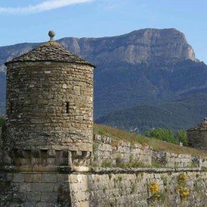La #ciudadeladejaca es una impresionante fortaleza creada en el siglo XVI. En la imagen, tiene de fondo la #peñaoroel. #Jaca #aragón #Pirineo #MirAragon  Foto gracias a @pyrenesptours