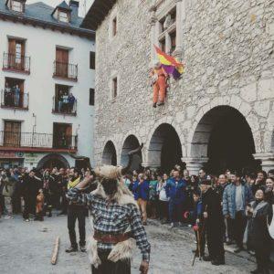 Carnaval en un pueblo de montaña, donde cuelgan a Cornelio de una pública ventana...! #carnavalbielsa #bielsa #trangas #aragón #sobrarbe #miraragon #pirineos #vacances #casabiescas #viajar #puravida #fiesta #pyrenees #tradición  Foto gracias a @brumesa