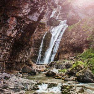 A cascada a lo largo del camino a través de la #ValledeOrdesa en el Parque Nacional de #Ordesa y #MontePerdido. Definitivamente uno de los mejores parques #naturales en el #SpanishPyrenees. .#MirAragon.  #pirineos #naturaleza #desconectar #rio #agua #casabiescas #puravida #vacaciones #montaña #montagna #flora  Foto gracias a @wingspreadertravel