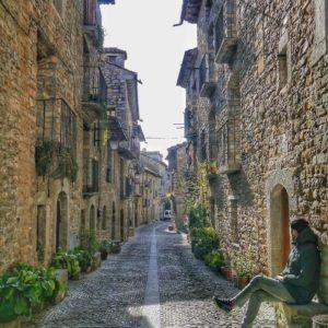 Callejones del mundo. #Aínsa, Huesca  #travel #tourism #viajes #viajar #miraragon #pirineos #pueblo #piedras #nature #turismo #aragon #puravida #casabiescas #rinconesdelpirineo #pyrenees #desconectar #gavin  Foto gracias a @javorita