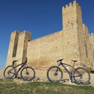 Ruedas, piedras, viento y sol. #rutas #btt #cincovillas #aragon #castillos #medieval #miraragon #viajar #nature  Foto gracias a guara_norte