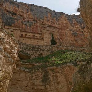 Santuario de la Virgen de Jaraba, SXVIII, a la entrada de la Cañada del Campillo, un cañón lateral del río Mesa. Es un impresionante paraje de cantiles rocosos poblados de rapaces y sabinas. Pueden contemplarse diversos apriscos, rediles, caleras... El Santuario sólo puede visitarse los martes a las 17:15 y 18:00  #ríomesa #cañada #cañón #jaraba #calmarza #miraragon #santuario #rupestre  Foto gracias a @sestrales