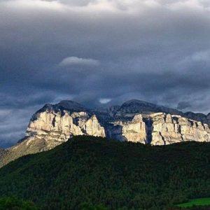 Labuerda, Peña Montañesa 2295 m.  #sobrarbe #miraragon #peñamontañesa #huesca #pirineos #pyrénées #casabiescas  Foto gracias a @sestrales #repost