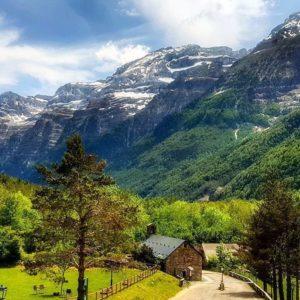 Parador de Bielsa. #Huesca #Aragon  #valledepineta #paradornacional #bielsa #pirineo #CasaBiescas #pirineoaragones  Foto gracias a @gonzmond #repost