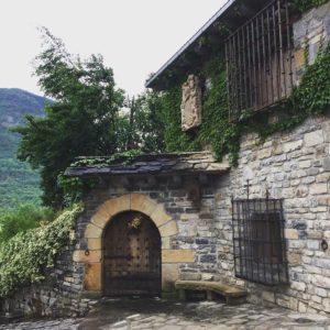 #Oto es una localidad pirenaica aragonesa situada a un kilómetro de #Broto y a una altura de 931 m, municipio al que pertenece, en el #valledelAra #rural #casabiescas  Foto gracias a @mariadalinger #repost