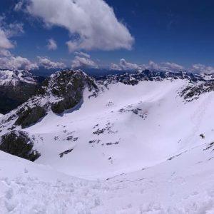 El único que quedaba en la cima. #garmonegro  #miraragon #mountains  #casabiescas #valledetena #panticosa  Foto gracias a @srstenman #repost
