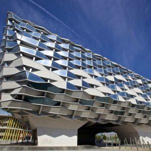 Pabellón de Aragón en #Zaragoza El Pabellón de Aragón fue diseñado por los arquitectos Olano y Mendo, ocupa una superficie de 2.500 m2 y tiene una altura de 25 metros. El edificio tiene la forma de las cestas de mimbre típicas aragonesas.  #miraragon #espozaragoza  Foto gracias a Francisco Aragão #repost