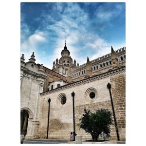 La arquitectura es un bien cultural que todos deberíamos valorar y defender.  #miraragon #tarazona #catedraldetarazona #romanico #mudejar  Foto gracias a @fer_gil #repost