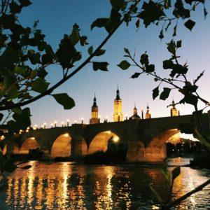 El puente de Nuestra Señora del #Pilar, más conocido como puente de Hierro, es un puente que cruza el río #Ebro en la ciudad de #Zaragoza #MirAragon  www.miraragon.com Foto gracias a @madeleinebesneux #repost