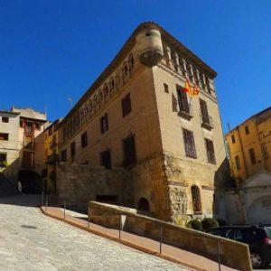 Bonitos edificios Históricos, Fonz. Huesca. Aragon, ??????????.#pueblosdearagón #pueblosdeespaña.#edifio #bellos #aragon #miraragon #casabiescas #igersguara #igersordesa #igersvalledetena #igersformigal #rinconesdelpirineo  Foto gracias a  @antoniomaranalap #repost