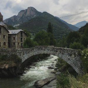 Bielsa la tarde en que se mascó una alegre tormenta. #pirineos #bielsa #rio #puente #montaña #subiendomontañas ?#pirineoaragones #aragon #miraragon #casabiescas #rinconesdelpirineo #pyrenees #descubrir #igersvalledetena #instaordesa  Foto gracias a Repost @paseando16