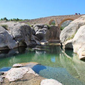 El Puente de Canalillas sobre el Rio Bergantes. Fantásticas piscinas naturales en pleno Maestrazgo turolense.  #aguaviva #maestrazgo #teruel #aragon #bergantes #miraragon #canalillas #igersteruel #viajar #casabiescas #igersaragon #river #pool #nature #descubrir #vacaciones #desconectar #relax  Foto gracias a  @barceruel #repost  #alojamientosalcañiz