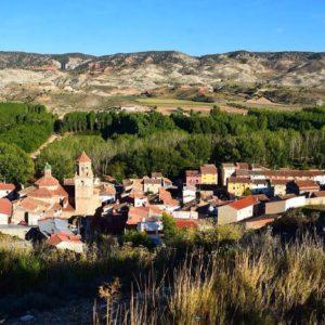 """Villalba Baja. El pueblo con más encanto de la Comarca de Teruel. ¿No dicen que la belleza está en el interior? Aunque yo también la veo en su exterior, pero yo no soy objetiva, ya que me pueden los bonitos recuerdos creados en esta tierra. La belleza interior de este pequeño pueblo reside en su historia y todo su patrimonio, por desgracia desconocido y abandonado. En cuanto a la historia, existe un yacimiento de la Edad del Bronce, unos tres yacimientos celtíberos, las cuevas excavadas en la montaña de origen musulmán, el pueblo abandonado durante la peste negra en la Edad Media, las trincheras y nidos de ametralladora de la Guerra Civil y los túneles y estaciones de tren de 1934 donde jamás hubo ni tren ni vías por el comienzo de ésta misma guerra. En cuanto al patrimonio natural único en este término puedo nombrar un árbol actualmente protegido, El Rebollo Gordo, un roble (Quercus faginea) que se data en casi 1.000 años de edad. Además, existe un arbusto: el crujiente (Vella pseudocytus subs. Pauli) endémico de la zona y único en el mundo. El patrimonio geológico y paleontológico también es de admirar, pues la zona tiene varias simas, yacimientos fósiles del Turoliense superior (época en la que vivió el Hipparion, un caballo enano) y varias canteras de mármol travertino. Seguramente me esté dejando muchas singularidades del pueblo sin nombrar. Sólo deseo que sean suficientes para crearos la curiosidad y que """"alguien que pueda"""" se moleste en proteger y divulgar todo su patrimonio para que el paso del tiempo no termine por borrar la huella que este pueblecito ha dejado en la historia. - - ?? Gracias a @claradomingo tu preciosa foto y por etiquetarnos, os invitamos a visitar su galería. . . · - - ?? Síguenos y etiqueta tus fotos con el hashtag . . . ·@MirAragon - - ?? Villalba Baja, (Teruel)  #lovemountains  #montañas #naturaleza  #nature  #aventure #casabiescas  #miraragon  #villalbabaja #teruel #aragón  #estaes_aragon  #loves_aragon #total_aragon_ #town #village #"""