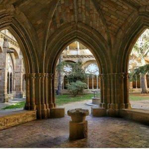 En este antiguo monasterio cisterciense se hospedaron los hermanos Bécquer, Gustavo Adolfo el poeta (Desde mi celda) y Valeriano el pintor. ? ? ? ??  Gracias @lucemvenor por tu preciosa foto y por #repost os invitamos a visitar su galería. ? ? ? ??  Síguenos y etiqueta tus fotos con el hashtag @MirAragon . . . · ? ? ? ??  Veruela, (Zaragoza) ? ? ? #veruela #moncayo  #monasteriodeveruela #monasterio #claustro #gustavoadolfobecquer #casabiescas #montañas #naturaleza  #nature  #architecture  #arquitectura #miraragon  #travel #viaje #huesca #teruel #zaragoza #aragon #españa #tesorosdearagon  #sitiosdearagon #sitiosconencanto #paisajesdearagon #viajar
