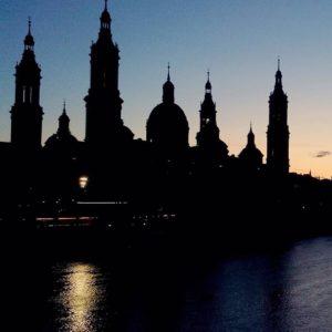 Felices fiestas  #basilica del #pilar #zaragoza #aragon - ???? ? ? ? ?? Gracias @rucapina as por tu preciosa foto y por la mención os invitamos a visitar su galería. ? ? ? ?? Síguenos y etiqueta tus fotos con el hashtag @MirAragon . . . · ? ? ? ?? Zaragoza ? ? ? #rinconesdelpirineo  #instaordesa  #valledetena  #pyrenees  #lovemountains #pirineos  #pirineoaragones  #casabiescas #montañas #naturaleza  #nature  #igersordesa  #miraragon  #igersguara  #igersformigal  #igersvalledetena  #loves_aragon  #ocaso #catedral #sunset #spain  #ilovezaragoza #visitzaragoza #sunset #ebro #river #skyline