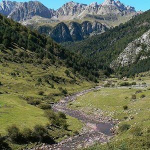 Cuantos rincones para descubrir tenemos en Aragón. ?? Gracias @turoljones por tu preciosa foto y por etiquetarnos.  Os invitamos a visitar su galería. ? ? ? ?? Síguenos y etiqueta tus fotos con el hashtag @MirAragon . . . · ? ? ? ?? Valle de Hecho, (Huesca) ? ? ? #rinconesdelpirineo  #instaordesa  #valledetena  #pyrenees  #lovemountains #pirineos  #pirineoaragones  #casabiescas #montañas #naturaleza  #nature  #igersordesa  #miraragon  #aragon #Jacetania  #loves_huesca #loves_aragon #TurismoSpain #estaes_huesca #estaes_aragon #hiking #trekking #senderismo #valledehecho #Huesca #selvadeoza #Aragón #España #spain #travel