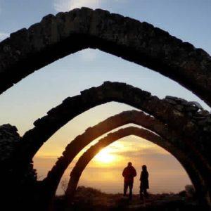 Atardecer en las ruinas de San Pedro de Cajal. ? ? ? ?? Gracias @sestrales as por tu preciosa foto y por etiquetarnos os invitamos a visitar su galería. . ? ? ? ?? Síguenos y etiqueta tus fotos con el hashtag @MirAragon . . . · ? ? ? ??Monegros, (Huesca) ? ? ? #rinconesdelpirineo  #instaordesa  #valledetena  #pyrenees  #mountains #pirineos  #pirineoaragones  #casabiescas #montañas #naturaleza  #nature  #igersordesa  #miraragon  #igersguara  #igersformigal  #igersvalledetena #aragon  #monegros #viajar #historia #cultura  #paisaje #amantesdelanaturaleza #travel #viajar  #aventuras #somosinstagramers #cielo #alairelibre #deviaje #arquitectura