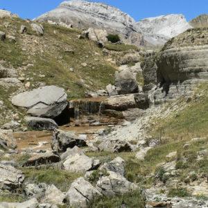 En la cabecera del valle de Aísa está uno de los rincones más bonitos del Pirineo aragonés y uno de los más desconocidos para los turistas. El lugar es conocido como El Rigüelo de Aísa, el nacimiento de río Estarrún o los llanos de Napazal. . ? ? ? ?? Gracias @turoljones por tus preciosas fotos y por etiquetarnos os invitamos a visitar su galería. . ? ? ? ?? Síguenos y etiqueta tus fotos con el hashtag @MirAragon . . . · ? ? ? ??Pirineos, (Huesca) ? ? ? #rinconesdelpirineo  #instaordesa  #valledetena  #pyrenees  #mountains #pirineos  #pirineoaragones  #casabiescas #montañas #naturaleza  #nature  #igersordesa  #miraragon  #igersguara  #igersformigal  #igersvalledetena  #viajar #historia #cultura  #paisaje #amantesdelanaturaleza #travel #viajar  #aventuras #somosinstagramers #cielo #alairelibre #deviaje #arquitectura #aisa #valledeaisa