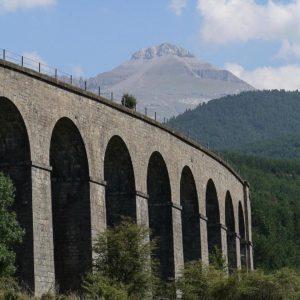 Viaducto del ferrocarril y La Collarada cerca de Villanúa.. . . ? ? ? ?? Gracias @turoljones por tu preciosa foto y por etiquetarnos os invitamos a visitar su galería. . ? ? ? ?? Síguenos y etiqueta tus fotos con el hashtag @MirAragon . . . · . ? ? ? ?? Pirineo , (Huesca) ? ? ? #rinconesdelpirineo  #huesca  #valledetena  #pyrenees  #mountains #pirineos  #pirineoaragones  #casabiescas #montañas #naturaleza  #nature  #igersordesa  #miraragon  #igersguara  #igersformigal  #igersvalledetena  #landscape #travel #traveling  #naturelovers #architecture #España #snow #fall #Aragón #aragon  #villanua #valledelaragon #canfranero #lacollarada