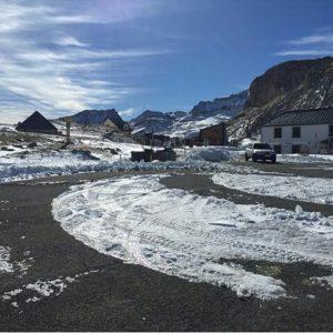"""El paso fronterizo del Portalet, las primeras nieves en el Pirineo Aragonés, """"año de nieves..."""". La postal a punto en el Valle de Tena. ? ? ? ?? Gracias @oronezquibus por tus preciosas fotos y por este #repost Os invitamos a visitar su galería. ? ? ? ?? Síguenos y etiqueta tus fotos con el hashtag @MirAragon . . . · ? ? ? ??Pirineos, (Huesca) ? ? ? #rinconesdelpirineo  #instaordesa  #valledetena  #pyrenees  #mountains #pirineos  #pirineoaragones  #casabiescas #montañas #naturaleza  #nature  #igersordesa  #miraragon  #igersguara  #igersformigal  #igersvalledetena  #paisaje #amantesdelanaturaleza #travel #viajar #hiking #aventuras #Aragón #España #snow #nieve #winter #Huesca #huescapirineos"""