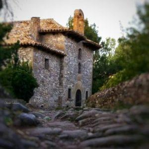 Ermita de San Cristóbal. ? ? ? ?? Gracias @charotaborda por tus preciosas fotos y por etiquetarnos. Os invitamos a visitar su galería. ? ? ? ?? Síguenos y etiqueta tus fotos con el hashtag @MirAragon . . . · ? ? ? ?? Jaca (Huesca) ? ? ? #Huesca #Aragón  #caminodesantiago #rinconesdelpirineo  #pyrenees  #mountains #pirineos  #pirineoaragones  #casabiescas #montañas #naturaleza  #nature  #instaordesa  #miraragon  #igersguara  #igersformigal  #igersvalledetena  #paisaje #trekking #travel #viajar #hiking #architecture #saintjamesway #adventure #España #medieval #winter #Spain #huescapirineos