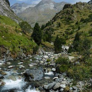 Valle de Ordiso formado por el río de este mismo nombre, afluente del río Ara. ? ? ? ?? Gracias @turoljones por tus preciosas fotos y por etiquetarnos. Os invitamos a visitar su galería. ? ? ? ?? Síguenos y etiqueta tus fotos con el hashtag @MirAragon . . . · ? ? ? ??Pirineos, (Huesca) ? ? ? #Huesca  #Pirineos  #bujaruelo  #ordiso #rinconesdelpirineo  #instaordesa  #valledetena  #pyrenees  #mountains #pirineoaragones  #casabiescas #montañas #naturaleza  #nature  #igersordesa  #miraragon  #igersguara  #igersformigal  #igersvalledetena  #paisaje #amantesdelanaturaleza #travel #viajar #hiking #Aragón #España #snow #nieve #winter #h????uescapirineos