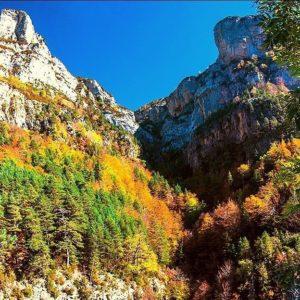 Descubrir esta estampa de colores es todo un lujo para visitar las montañas. . . ? ? ? ?? Gracias @juanluisolaeta por tu preciosa foto. Os invitamos a visitar su galería. . ? ? ? ?? Síguenos y etiqueta tus fotos con el hashtag @MiAragon . . . · . ? ? ? ?? Pirineos, (Huesca) ? ? ? #rinconesdelpirineo  #instaordesa  #valledetena  #pyrenees  #mountains #pirineos  #pirineoaragones  #casabiescas #montañas #naturaleza  #igersordesa  #miraragon  #igersformigal  #igersvalledetena  #paisaje  #amantesdelanaturaleza  #travel  #viajar  #aventuras  #cielo  #alairelibre  #deviaje  #arquitectura #nieve  #ordesa  #trekking  #naturephotography  #naturaleza_spain  #outdoorphotography #igersguara