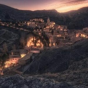 Vistas nocturnas de Albarracín, Teruel ? ? ? ?? Gracias @fabio_galvez por tus preciosas fotos y por este #repost  Os invitamos a visitar su galería. ? ? ? ?? Síguenos y etiqueta tus fotos con el hashtag @MirAragon . . . · ? ? ? ?? Albarracín (Teruel) ? ? ? #albarracin  #Teruel #Aragón  #mountains #sierradealbarracin #casabiescas #montañas #naturaleza  #nature  #architecture  #miraragon  #senderismo  #tourism  #town #rural  #paisaje #trekking #travel #viajar #hiking #landscape #night #noche #adventure #España #medieval #winter #Spain #arquitectura