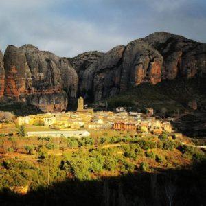 Mallos de Agüero ? ?? Gracias @moeleonora por tus preciosas fotos y por etiquetarnos. ? ??Os invitamos a visitar su galería. ? ?? Síguenos y etiqueta tus fotos con el hashtag @MirAragon . . . · ? ?? Aragón ? #rinconesdelpirineo  #instaordesa  #valledetena  #pyrenees  #mountains #pirineos  #pirineoaragones  #casabiescas #montañas #naturaleza  #igersordesa  #miraragon  #biescas  #paisaje  #amantesdelanaturaleza  #travel  #viajar  #aventuras  #cielo  #alairelibre  #deviaje  #nieve  #naturaleza_spain  #loves_nature #run #trailrunning #inspire #model  #instagood #mallosdeagüero