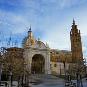 Catedral de Tarazona. ? ? ? ?? Gracias @imagine_photo_zgz por su preciosa foto y por etiquetarnos. Os invitamos a visitar su galería. ? ? ? ?? Síguenos y etiqueta tus fotos con el hashtag @MirAragon . . . · ? ? ? ?? Tarazona (Zaragoza) ? ? #Tarazona  #Zaragoza  #aragon  #Aragón  #España  #casabiescas #miraragon  #architecture  #streetphotography  #viaje #travel #trip #street #calle #cathedral  #history  #arquitectura #tesorosdearagon #visitspain #wanderlust #photography #fotografia #medieval #instagood  #mudejar  #tourism #turismo #town #spain #capture