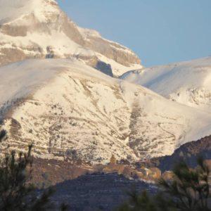 Amanece sobre Bestué. En el valle de Puértolas, a 1228 m. Detrás la Plana Sorripas y al fondo, Punta de las Olas, que flanquea por el Este a Monte Perdido.. ? ? ?? Gracias @sestrales por tus preciosas fotos y por etiquetarnos. ? ??Os invitamos a visitar su galería. ? ?? Síguenos y etiqueta tus fotos con el hashtag @MirAragon . . . · ? ?? Aragon ? #miraragon #rinconesdelpirineo  #pyrenees  #mountains #pirineos  #pirineoaragones  #casabiescas #montañas #naturaleza  #paisaje  #amantesdelanaturaleza  #travel  #viajar  #aventuras  #cielo  #alairelibre  #deviaje  #naturaleza_spain  #loves_nature  #trailrunning  #aragon  #world_spain  #españaenpaisajes #ig_spain  #police_night  #monumentalnight  #monumentalspain #monumentalworld #sobrarbe  #bestué