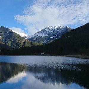 Embalse de Pineta. Al fondo la imponente cara norte de L'Orbar, 2420 m. ? ? ?? Gracias @sestrales  por tus preciosas fotos y por etiquetarnos. ? ? ??Os invitamos a visitar su galería. ? ? ?? Síguenos y etiqueta tus fotos con el hashtag @MirAragon . . . · ? ? ?? Aragon ? ? #MirAragon  #montañas #naturaleza  #paisaje  #amantesdelanaturaleza  #travel  #viajar  #casabiescas #aventuras  #cielo  #alairelibre  #deviaje  #naturaleza_spain  #loves_nature  #trailrunning  #aragon  #huesca  #spain  #trecking  #mostrandoimagenes  #nature  #spain  #documentaryphotography #documentaryphotographer  #aragon  #shadowhunters  #rinconesdelpirineo  #rural  #pueblo  #ordesa  #pineta  #ok_spain
