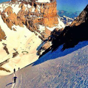 """Escupidera"""" de Monte Perdido. Al fondo el Cilindro de Marboré ? ? ?? Gracias @javillop16  por tus preciosas fotos y por etiquetarnos. ? ? ??Os invitamos a visitar su galería. ? ? ?? Síguenos y etiqueta tus fotos con el hashtag @MirAragon . . . · ? ? ?? Aragon ? ? #MirAragon  #montañas #naturaleza  #paisaje  #amantesdelanaturaleza  #travel  #viajar  #casabiescas #aventuras  #cielo  #alairelibre  #deviaje  #naturaleza_spain  #loves_nature  #trailrunning  #aragon  #spain  #trecking  #igersordesa  #nature  #spain  #documentaryphotography #documentaryphotographer  #nature #shadowhunters  #instaordesa  #estaesnatura #rinconesdelpirineo  #ordesaymonteperdido  #ordesanationalpark  #photographer  #naturaleza_spain  #ordesa"""