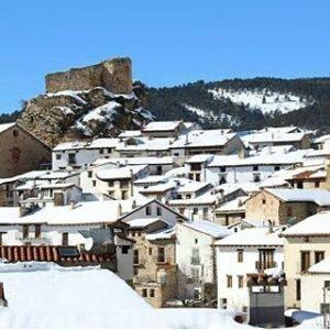 Vistas de Linares de Mora cubierto de nieve ? ? ?? Gracias @pabori por tu preciosa foto y por este #repost. Os invitamos a visitar su galería. ? ? ? ?? Síguenos y etiqueta tus fotos con el hashtag @MirAragon . . . · ? ? ? ?? Linares de Mora (Teruel) ? ? ? #linaresdemora #teruel #Aragón #aragon  #Sierra #sky #sierradegudar #otoño #esqui  #snow #nieve #casabiescas #montañas #naturaleza  #nature  #miraragon  #architecture #paisajesdearagon #hiking #tourism #travel #viaje  #vistas #landscape #España #spain #trekking #senderismo #tourism