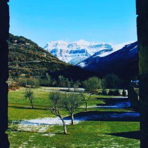 Contraste de colores Ordesa ?????? ? ? ? ?? Gracias @rouss por tus preciosas fotos y por #repost . Os invitamos a visitar su galería. ? ? ? ?? Síguenos y etiqueta tus fotos con el hashtag @MirAragon . . . · ? ? ? ? ?? Pirineos (Huesca) ? ? ? #ordesa #Aragón  #Huesca  #rinconesdelpirineo  #senderismo  #pyrenees  #mountains #pirineos  #pirineoaragones  #casabiescas #montañas #naturaleza  #nature  #travel #miraragon  #adventure #hike #capture #paisaje #trekking #travel #viajar #hiking #trip #España #snow #nieve #winter #huescapirineos #monteperdido