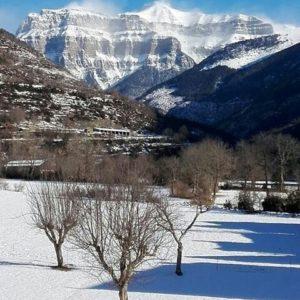 Al majestuoso macizo de Mondarruego lo despeina el viento polar. ? ? ? ?? Gracias @raquela_oto por tus preciosas fotos y por este #repost. Os invitamos a visitar su galería. ? ? ? ?? Síguenos y etiqueta tus fotos con el hashtag @MirAragon . . . · ? ? ? ? ?? Broto (Huesca) ? ? ? #broto #Aragón  #Huesca  #rinconesdelpirineo  #senderismo  #pyrenees  #mountains #pirineos  #pirineoaragones  #casabiescas #montañas #naturaleza  #nature  #travel #miraragon  #adventure #hike #capture #paisaje #trekking #travel #viajar #hiking #trip #España #snow #nieve #winter #huescapirineos #instaordesa