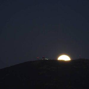 Super Luna Azul 31/1/18?? saliendo por la Sierra Vicor en #Calatayud ? ? ? ?? Gracias @fotografia_andrea30 por tus preciosas fotos y por este etiquetarnos. Os invitamos a visitar su galería. ? ? ? ?? Síguenos y etiqueta tus fotos con el hashtag @MirAragon . . . · ? ? ? ? ?? Calatayud (Zaragoza) ? ? ? #Aragón  #Calatayud  #Zaragoza  #rinconesdelpirineo  #senderismo  #pyrenees  #mountains #pirineos  #pirineoaragones  #casabiescas #montañas #naturaleza  #nature  #travel #miraragon  #adventure #hike #capture #paisaje #trekking #viajar #noche #magica #night #Spain  #aragon #España