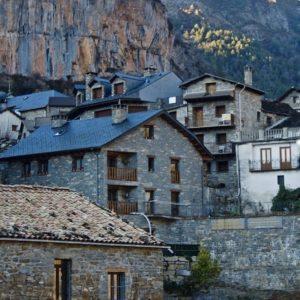 Vistas de Torla. ? ? ?? Gracias @santigordo  por tus preciosas fotos y por etiquetarnos . ? ? ??Os invitamos a visitar su galería. ? ? ?? Síguenos y etiqueta tus fotos con el hashtag @MirAragon . . . · ? ? ??Aragón (Spain) ? ? #MirAragon  #montañas #naturaleza  #paisaje  #amantesdelanaturaleza  #travel  #viajar  #casabiescas #aventuras  #alairelibre  #deviaje  #spain  #nature  #spain  #love  #rinconesdelpirineo  #photographer  #naturaleza_spain  #outdoors  #adventure  #explorer  #winter  #torla  #stone  #bestintravel #naturaleza_aragon  #naturaleza_spain