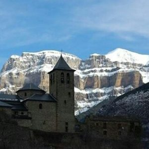 Torla, siempre preciosa, en invierno tiene un encanto especial. ? ? ? ?? Gracias @tgenig por tus preciosas fotos y por etiquetarnos. Os invitamos a visitar su galería. ? ? ? ?? Síguenos y etiqueta tus fotos con el hashtag @MirAragon . . . · ? ? ? ? ?? Torla (Huesca) ? ? ? #torla #Aragón  #Huesca  #miraragon  #rinconesdelpirineo  #view  #senderismo  #pyrenees  #mountains #pirineos  #pirineoaragones  #casabiescas #montañas #naturaleza  #nature  #travel #adventure #hike #capture #paisaje  #trekking  #travel  #viajar #hiking #trip  #España #snow #nieve #winter #huescapirineos