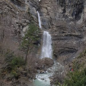 Impresionante caída de agua ?? en #broto ? ? ? ?? Gracias @mvillapuyuelo  por tus preciosas fotos y por etiquetarnos. ? ? ? ??Os invitamos a visitar su galería. ? ? ? ?? Síguenos y etiqueta tus fotos con el hashtag @MirAragon . . . · ? ? ? ??Aragón (Spain) ? ? ? #MirAragon  #montañas #istaordesa #naturaleza  #paisaje  #amantesdelanaturaleza  #travel  #viajar  #casabiescas #aventuras  #alairelibre  #deviaje  #spain  #nature  #love  #adventure  #explorer  #españa  #aragon  #turismoaragon  #viajera  #Spain #cascadadelsorrosal  #sobrarbepirineos  #sobrarberural  #sobrarbe  #ordesa  #ordesaymonteperdido