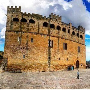 """Castillo de Valderrobres (Teruel), una zona que muchos conocen como """"La Toscana turolense"""". ? ? ? ? ? ?? Gracias @masipolga por tus preciosas fotos y por etiquetarnos. Os invitamos a visitar su galería. ? ? ? ?? Síguenos y etiqueta tus fotos con el hashtag @MirAragon . . . · ? ? ? ?? Valderrobres (Teruel) ? ? ? #Valderrobres  #Teruel  #Aragón  #miraragon  #medieval #casabiescas #architecture  #naturaleza  #pueblo  #nature  #arquitecturamedieval  #tourism #castillo  #town  #Matarraña  #view #vistas #instagood #paisaje #travel #viajar #hiking  #landscape #trip #adventure #España  #castle #Spain #wanderlust #capture"""
