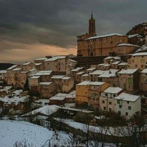 De frutales, alabastro y fuentes, muchas fuentes. ? ? ? ?? Gracias @alberto_x_el_valle_del_jiloca por su preciosa foto y por etiquetarnos. Os invitamos a visitar su galería. ? ? ? ?? Síguenos y etiqueta tus fotos con el hashtag @MirAragon . . . · ? ? ? ?? Fuentes de Jiloca (Zaragoza) ? ? #fuentesdejiloca #aragon  #Zaragoza  #miraragon  #Aragón  #España  #casabiescas #architecture  #street  #viaje #travel #trip #facade #calle #hiking  #arquitectura #tesorosdearagon #visitspain #wanderlust #photography #hike #naturaleza #instagood  #nature #streetphotography #instagood #tourism #turismo #senderismo  #spain #capture