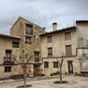 Entre pedres, parets, places, terres, camins i cantonades, es crea #Valderrobres sobre sí mateixa #Matarranya #Matarraña ? ? ? ?? Gracias @xellds por su preciosa foto y por etiquetarnos. Os invitamos a visitar su galería. ? ? ? ?? Síguenos y etiqueta tus fotos con el hashtag @MirAragon . . . · ? ? ? ?? Valderrobres, Aragon ? ? ? #aragon  #miraragon  #Aragón  #España  #casabiescas  #viaje  #travel  #arquitectura  #tesorosdearagon #visitspain  #naturaleza  #instagood  #nature  #streetphotography  #tourism  #turismo  #photo  #spain  #teruel  #PueblosMedievales  #alojamientosalcaniz #PueblosConEncanto  #Wonderlust  #Rural  #MagicPlace  #Callejeando  #RinconesConEncanto