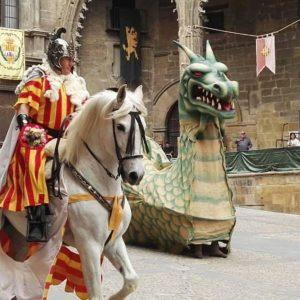 Feliz San Jorge!  Feliz día de Aragón! ? ? ? ?? Gracias @macarenapebl por su preciosa foto y por etiquetarnos. Os invitamos a visitar su galería. ? ? ? ?? Síguenos y etiqueta tus fotos con el hashtag @MirAragon . . . · ? ? ? ?? Aragon, Spain ? ? ? #Aragon  #MirAragon  #Aragón  #España  #casabiescas  #viaje  #travel  #arquitectura  #tesorosdearagon #visitspain  #naturaleza  #instagood  #nature  #streetphotography  #tourism  #turismo  #photo  #spain  #PueblosMedievales  #Rural  #RinconesConEncanto #alcañiz  #teruel #sanjorge  #sanjorgeyeldragon #vencimientodeldragón  #alojamientosalcañiz