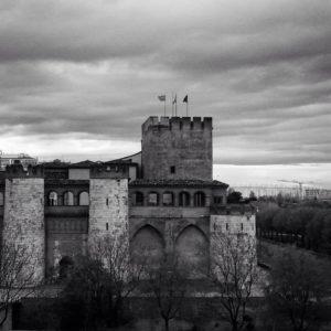 La fachada mojada después de un día entero de lluvia, le echa unos cuantos años más encima, no crees? Aún así...siempre guapa!. ? ? ? ?? Gracias @silviagracia_o por su preciosa foto y por etiquetarnos. Os invitamos a visitar su galería. ? ? ? ?? Síguenos y etiqueta tus fotos con el hashtag @MirAragon . . . · ? ? ? ?? Aragon, Spain ? ? ? #Aragon  #MirAragon  #Aragón  #España  #casabiescas  #viaje  #travel  #arquitectura  #tesorosdearagon  #turismo  #spain  #RinconesConEncanto  #views #vistas #town  #hiking #senderismo  #instagood  #zaragoza #lluvia #castillos  #zaragozaturismo  #nubes #paisajesenblancoynegro  #palaciodelaaljaferia  #guiadezaragoza #zaragozemos #soydezaragoza  #bwzgz #myplanet_facades
