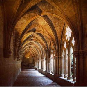 Claustro del Monasterio de Veruela, en las cercanias de Vera del Moncayo. ? ? ? ?? Gracias @mcasadog por tu preciosa foto y por etiquetarnos. Os invitamos a visitar su galería. ? ? ? ?? Síguenos y etiqueta tus fotos con el hashtag @MirAragon . . . · ? ? ? ?? Zaragoza ? ? #monasteriodeveruela #moncayo #zaragoza #miraragon  #casabiescas #Aragón #aragon  #monument #abbey #monasterio #architecture #claustro #cloister #montañas #naturaleza  #nature  #gotica #church #iglesia #paisajesdearagon #hiking #tourism #travel #viaje  #vistas #landscape #España #spain #trekking #senderismo