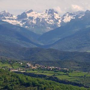 Vista del pueblo de Sinues, al fondo Llana del Bozo, Llana de la Garganta y Aspe ? ? ? ?? Gracias @davidferrandezamigot  por tus preciosas fotos y por etiquetarnos. Os invitamos a visitar su galería. ? ? ? ?? Síguenos y etiqueta tus fotos con el hashtag @MirAragon . . . · ? ? ? ?? Aragòn ? ? ? #MirAragon #Aragón  #travel #paisaje  #viajar  #España  #architecture #turismoaragon  #casabiescas #landscape #vistapanoramica #panoramica #photograpye #photolandscape #movilgrafias #pirineoswild #paisaje_pirineos #pirineosphotogallery #vive_montanas #_paisajes_aragoneses_ #moodynaturelandscapes #pirineos #valledehecho #valledeaisa #vallesoccidentales #trail_run19 #trailrunning