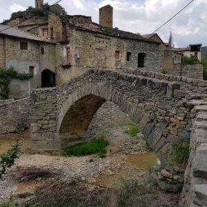 Puente de tradición medieval ??construído en el siglo XVI ??sobre el barranco de San Juan en Montañana ? ? ? ?? Gracias @mvillapuyuelo  por tus preciosas fotos y por etiquetarnos. Os invitamos a visitar su galería. ? ? ? ?? Síguenos y etiqueta tus fotos con el hashtag @MirAragon . . . · ? ? ? ?? Aragòn ? ? ? #MirAragon #Aragón  #travel #paisaje  #viajar  #España  #architecture #turismoaragon  #casabiescas #montañana #ribagorza  #tu_rural #tu_rurallife #total_rural #tv_bridges #loves_bridges #be_one_bridges #bridges_of_our_world #total_medieval #loves_aragon #naturaleza_aragon  #redaragon #estaesaragon #estaes_aragon  #aragonturismo  #total_aragon #asi_es_aragon  #ig_aragon #ok_aragon