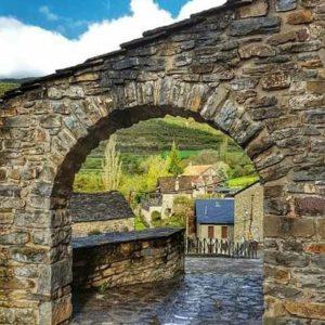 Callejeando. ? ? ?? Gracias @charotaborda por tus preciosas fotos y por etiquetarnos. Os invitamos a visitar su galería. ? ? ? ?? Síguenos y etiqueta tus fotos con el hashtag @MirAragon . . . · ? ? ? ? ?? Castiello de Jaca (Huesca) ? ? ? #castiellodejaca #Aragón  #jacetania #Huesca  #miraragon  #casabiescas #rinconesdelpirineo  #view  #senderismo  #pyrenees  #mountains #pirineos  #pirineoaragones  #montañas #naturaleza  #nature  #travel #adventure #hike #capture #paisaje  #trekking  #travel  #viajar #hiking #trip  #España #street #primavera #spring