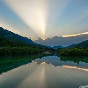 Pantano de la Peña, Huesca. ? ? ? ?? Gracias @dcamposlaguna por su preciosa foto y por etiquetarnos.  Os invitamos a visitar su galería. ? ? ? ?? Síguenos y etiqueta tus fotos con el hashtag @MirAragon . . . · ? ? ? ?? Huesca ? ? #Huesca #aragon  #miraragon  #Aragón  #España  #casabiescas #agua #sky #atardecer #viaje #travel #trip #adventure #sunset reflections  #visitspain #wanderlust #photography #hike #naturaleza #instagood  #nature #lake #water #tourism #turismo #senderismo #laguna #spain #capture
